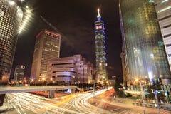 Ορίζοντας βραδιού της Ταϊπέι, Ταϊβάν με την κυκλοφορία havey Στοκ φωτογραφία με δικαίωμα ελεύθερης χρήσης