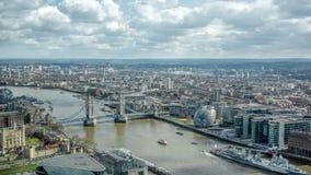 Ορίζοντας εικονικής παράστασης πόλης του Λονδίνου Άποψη ορόσημων του Τάμεση ποταμών Γέφυρα πύργων, πύργος του Λονδίνου, HMS Μπέλφ Στοκ Φωτογραφία