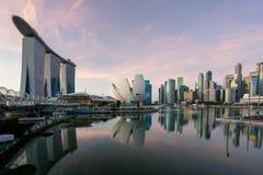 Ορίζοντας εμπορικών κέντρων της Σιγκαπούρης το πρωί στον κόλπο μαρινών, Si Στοκ εικόνα με δικαίωμα ελεύθερης χρήσης