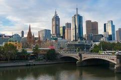 Ορίζοντας κέντρων της πόλης της Μελβούρνης με την άποψη του ποταμού Yarra στοκ φωτογραφία με δικαίωμα ελεύθερης χρήσης