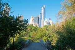 Ορίζοντας και γέφυρα της Νέας Υόρκης στο κεντρικό πάρκο Στοκ φωτογραφία με δικαίωμα ελεύθερης χρήσης