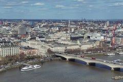 Ορίζοντας και εναέρια άποψη της εικονικής παράστασης πόλης του Λονδίνου με τη γέφυρα του Βατερλώ που διασχίζει τον ποταμό Τάμεσης Στοκ Φωτογραφίες