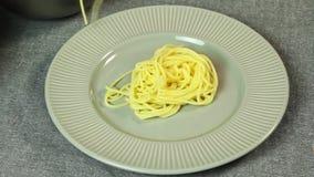 Ορίζοντας και μαγειρεύοντας μακαρόνια Bolognese τροφίμων στην κουζίνα φιλμ μικρού μήκους