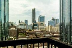 Ορίζοντας και πύργοι πόλεων του Αμπού Ντάμπι μια νεφελώδη ημέρα - World Trade Center και η λεωφόρος στοκ εικόνες