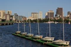 Ορίζοντας και Sailboats της Βοστώνης κατά μήκος του ποταμού του Charles Στοκ Εικόνες
