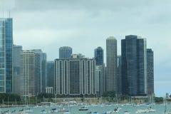 Ορίζοντας και sailboats του Σικάγου από τον πιό peier Στοκ εικόνες με δικαίωμα ελεύθερης χρήσης