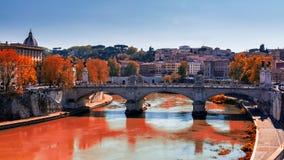 Ορίζοντας με τη γέφυρα Ponte Vittorio Emanuele ΙΙ και το κλασικό archi Στοκ Φωτογραφίες