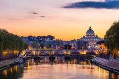 Ορίζοντας με τη γέφυρα Ponte Vittorio Emanuele ΙΙ και το κλασικό archi Στοκ εικόνα με δικαίωμα ελεύθερης χρήσης