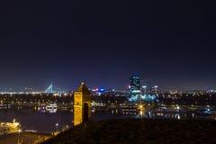 Ορίζοντας νέου Βελιγραδι'ου Novi Beograd που βλέπει τή νύχτα από το φρούριο Kalemegdan στοκ εικόνα