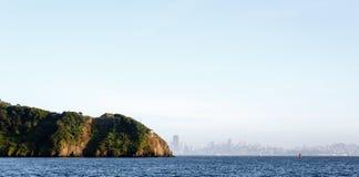 Ορίζοντας νησιών αγγέλου και πόλεων του Σαν Φρανσίσκο στην απόσταση Στοκ φωτογραφία με δικαίωμα ελεύθερης χρήσης