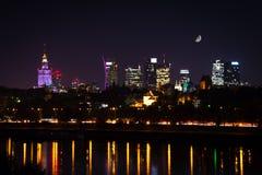 Ορίζοντας νύχτας της Βαρσοβίας με το φεγγάρι Στοκ Φωτογραφίες