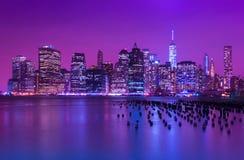 ορίζοντας νύχτας του Μανχάτταν Εικονική παράσταση πόλης της Νέας Υόρκης ΝΈΑ ΥΌΡΚΗ, ΗΠΑ Στοκ φωτογραφία με δικαίωμα ελεύθερης χρήσης