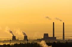 Ορίζοντας ουρανού ήλιων ομίχλης σταθμών παραγωγής ηλεκτρικού ρεύματος ανατολής Στοκ Εικόνα