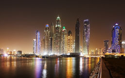 Ορίζοντας προκυμαιών του Ντουμπάι τη νύχτα, Ηνωμένα Αραβικά Εμιράτα Στοκ Εικόνες