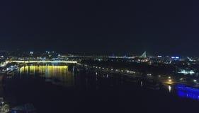 Ορίζοντας πόλεων στη νύχτα στοκ εικόνες