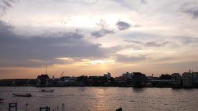 Ορίζοντας πόλεων της Μπανγκόκ, Timelapse, όμορφο ηλιοβασίλεμα πέρα από τον ορίζοντα ποταμών Chao Phraya, υπόβαθρο ουρανού ηλιοβασ απόθεμα βίντεο