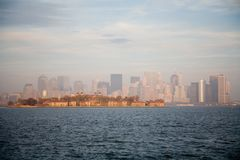 Ορίζοντας πόλεων της Νέας Υόρκης στο ηλιοβασίλεμα πτώσης Στοκ εικόνες με δικαίωμα ελεύθερης χρήσης