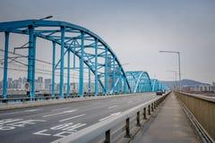 Ορίζοντας πόλεων της Σεούλ στη γέφυρα Dongjak και τον ποταμό Han στοκ εικόνες με δικαίωμα ελεύθερης χρήσης
