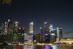 Ορίζοντας πόλεων της Σιγκαπούρης στο σούρουπο, ορίζοντας κόλπων μαρινών, Σιγκαπούρη Στοκ Εικόνες