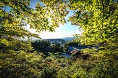 Ορίζοντας πόλεων του Κιότο στην Ιαπωνία με τους ναούς ένα ιαπωνικό visi κήπων Στοκ Φωτογραφίες