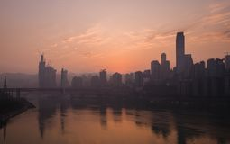 Ορίζοντας πόλεων Chongqing στην αυγή στοκ εικόνες