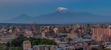 Ορίζοντας πόλεων Jerevan στην ανατολή, με την ΑΜ Ararat στο υπόβαθρο Στοκ Εικόνες