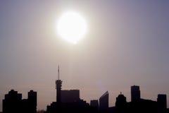 Ορίζοντας πόλεων αναδρομικά φωτισμένος από την ηλιοφάνεια Στοκ Εικόνα