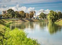 Ορίζοντας πόλεων από τον ποταμό Στοκ εικόνα με δικαίωμα ελεύθερης χρήσης