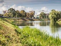 Ορίζοντας πόλεων από τον ποταμό Στοκ εικόνες με δικαίωμα ελεύθερης χρήσης