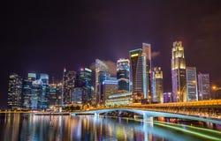 Ορίζοντας πόλεων Σινγκαπούρης τη νύχτα στοκ φωτογραφία