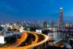 Ορίζοντας πόλεων της Μπανγκόκ μετά από το λυκόφως ώρας γραφείων Στοκ Εικόνες