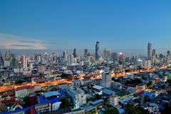Ορίζοντας πόλεων της Μπανγκόκ στην άποψη λυκόφατος από την υψηλή άνοδο Στοκ φωτογραφίες με δικαίωμα ελεύθερης χρήσης
