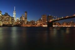Ορίζοντας πόλεων της Νέας Υόρκης από το πάρκο γεφυρών του Μπρούκλιν τη νύχτα στοκ φωτογραφία