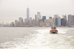 Ορίζοντας πόλεων της Νέας Υόρκης και αμερικανική περιπολικό σκάφος ακτοφυλακής Στοκ Εικόνα