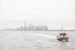 Ορίζοντας πόλεων της Νέας Υόρκης και αμερικανική περιπολικό σκάφος ακτοφυλακής Στοκ Φωτογραφίες