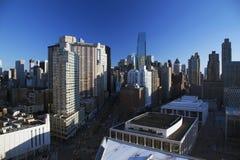Ορίζοντας πόλεων της Νέας Υόρκης που φαίνεται νότος κάτω από Broadway από το Lincoln Center, πόλη της Νέας Υόρκης, Νέα Υόρκη, ΗΠΑ Στοκ Εικόνες