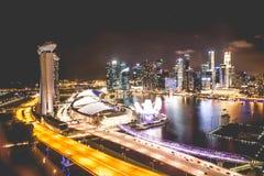 Ορίζοντας πόλεων της Σιγκαπούρης τη νύχτα και άποψη της τοπ άποψης κόλπων μαρινών Στοκ Εικόνες