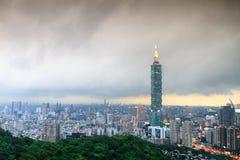 Ορίζοντας πόλεων της Ταϊπέι στο ηλιοβασίλεμα με τη διάσημη Ταϊπέι 101 Στοκ Φωτογραφία