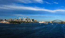 Ορίζοντας πόλεων του Σίδνεϊ Αυστραλία με τη λιμενική γέφυρα στοκ εικόνα με δικαίωμα ελεύθερης χρήσης