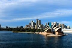 Ορίζοντας πόλεων του Σίδνεϊ Αυστραλία με τη Όπερα στοκ εικόνα με δικαίωμα ελεύθερης χρήσης