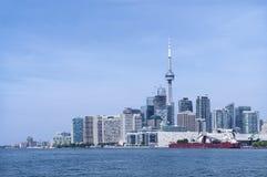 Ορίζοντας πόλεων του Τορόντου με τους αστικούς ουρανοξύστες μπροστά από τη λίμνη Οντάριο μια ηλιόλουστη ημέρα στοκ εικόνα