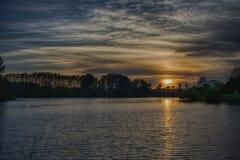 Ορίζοντας σκιαγραφιών φοινίκων σύννεφων ηλιοβασιλέματος Στοκ Φωτογραφία