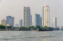 Ορίζοντας στις όχθεις του ποταμού Chao Phraya στη Μπανγκόκ στοκ εικόνες