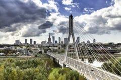 Ορίζοντας της Βαρσοβίας πίσω από τη γέφυρα Στοκ εικόνα με δικαίωμα ελεύθερης χρήσης