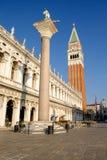 Ορίζοντας της Βενετίας, βιβλιοθήκη και καμπαναριό SAN Marco από το κανάλι Στοκ Εικόνα