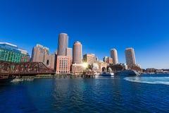 Ορίζοντας της Βοστώνης από το φως του ήλιου Μασαχουσέτη αποβαθρών ανεμιστήρων Στοκ Φωτογραφία