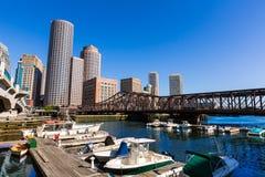 Ορίζοντας της Βοστώνης από το φως του ήλιου Μασαχουσέτη αποβαθρών ανεμιστήρων Στοκ φωτογραφία με δικαίωμα ελεύθερης χρήσης