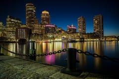 Ορίζοντας της Βοστώνης όπως βλέπει από το πάρκο αποβαθρών ανεμιστήρων στη Βοστώνη, μΑ στοκ φωτογραφίες