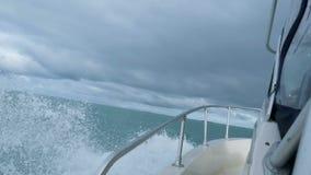 Ορίζοντας της βόρειας barents θάλασσας, κύματα slomotion κάτω από motorboat απόθεμα βίντεο