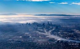 Ορίζοντας της Μελβούρνης με τους ουρανοξύστες που προκύπτουν από την ομίχλη πρωινού Στοκ Φωτογραφία